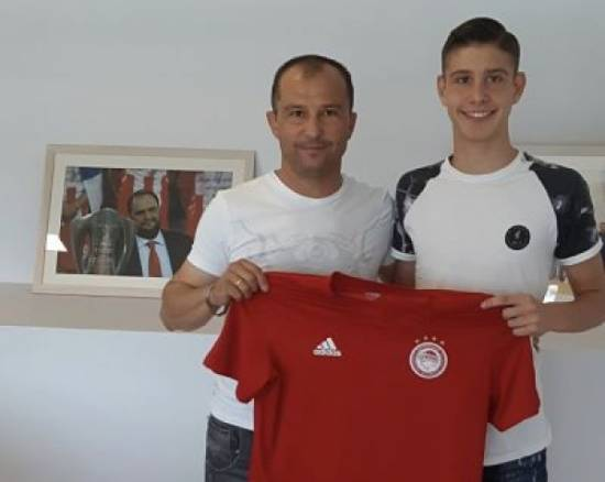 Kostas Mavropoulos has signed with Olympiakos F.C.